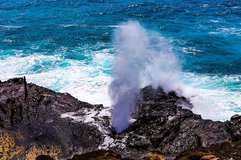 Halona Blowhole at Sandy Beach on Oahu. Dshumy/Shutterstock.com